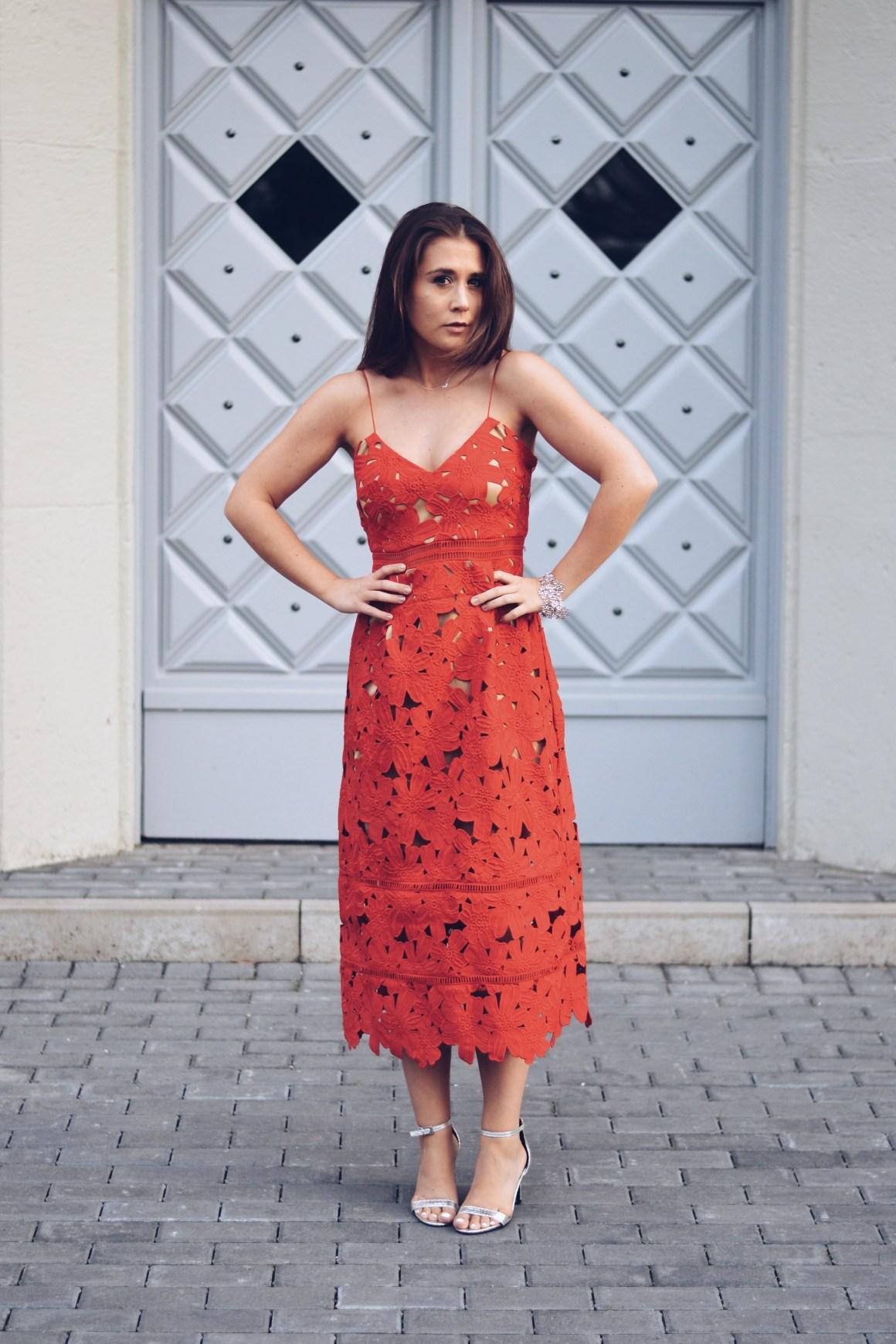 allthatchoices sommerkleid hippie florales häkelkleid rot rotes kleid spaghettiträgerkleid nakd kleid boho fashionblogger häkelkleid natürliche haarfarbe bronde blumenkleid