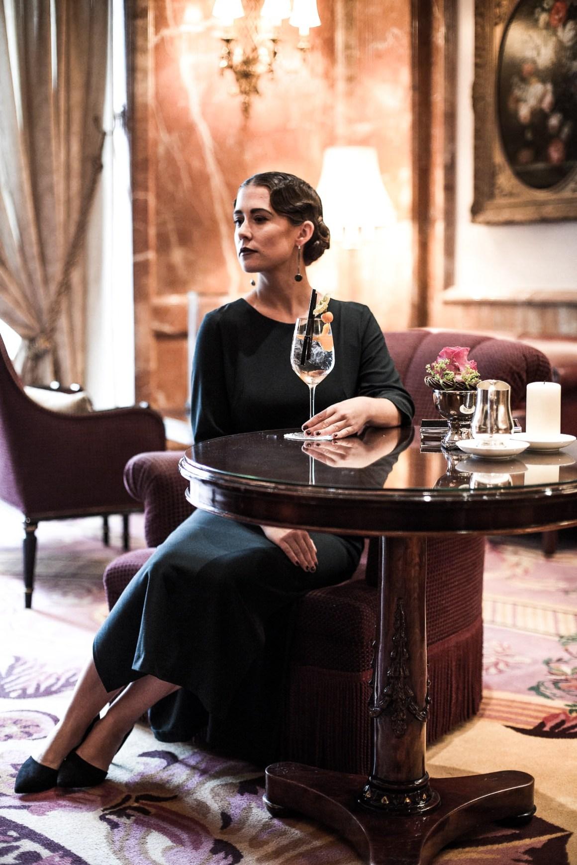 allthatchoices-fashionblogger-fashionblog-sistermag-70er-wallis-simpson-lillet-wasserwelle-kleid-regent-hotel-berlin