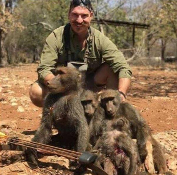 Blake Fischer con i babbuini morti