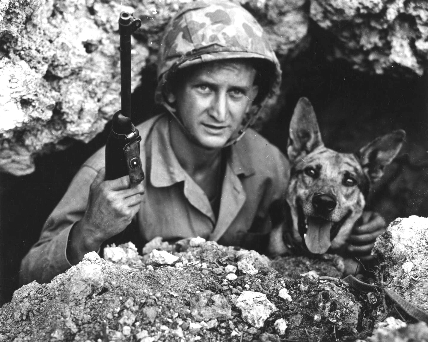 US-Marine-Private-John-Drugan-and-his-war-dog-Okinawa-Japan-May-1945-source-ww2dbase
