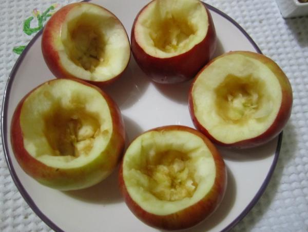 вырезаем серединку яблок