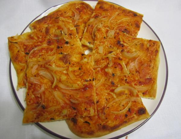пицца с томатом и луком