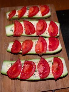 Выкладываем помидор на кабачки