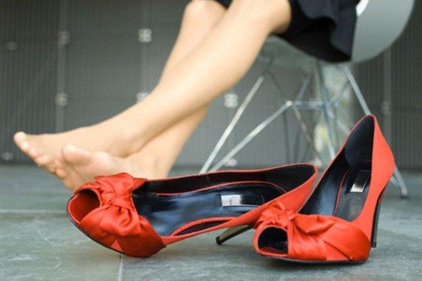 155960f24c6ff3 Нове взуття можна розносити і без використання спеціальних або підручних  засобів. Досить часто надягати її і носити вдома.