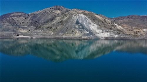 Embalse de yeso, espejo perfecto donde se reflejan las montañas