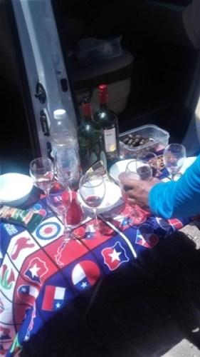 Solo Queda tomar una copa de vino y Disfrutar del Embalse.
