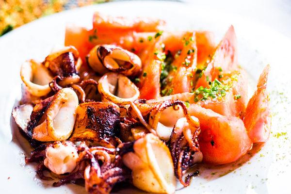Ensalada templada de chipis a la parrilla con tomate pelado