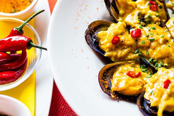 Mejillones con salsa de curry amarillo y leche de coco