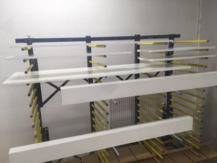 De droogkamer waar werkstukken 24uur drogen na het spuiten van de lak