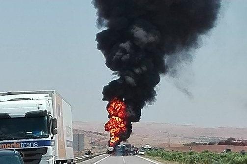 """خطير… اندلاع نيران بناقلة للوقود يربك """"الأوترورت"""" بين البيضاء ومراكش"""