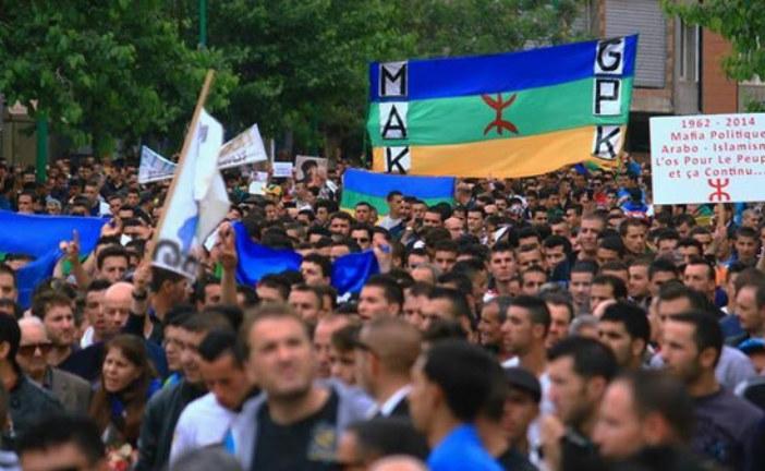 الجزائر تحاكم ناشطين حقوقيين نزعا العلم الوطني وعوضاه براية القبايل