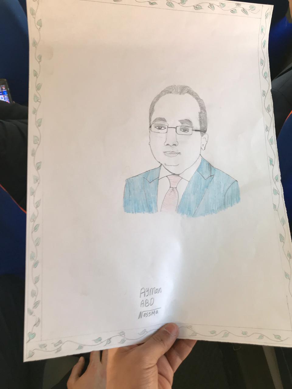 طفل يرسم بورتريه لرئيس الوزراء في الأقصر