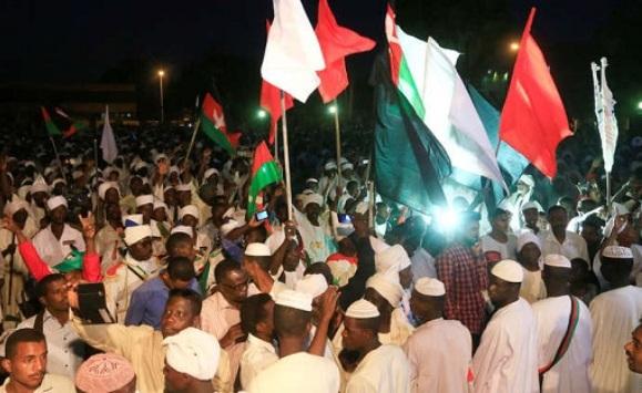حشود من السودانيين