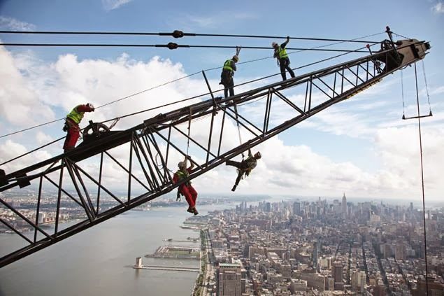 عمال يواجهون مخاطر اثناء عملهم