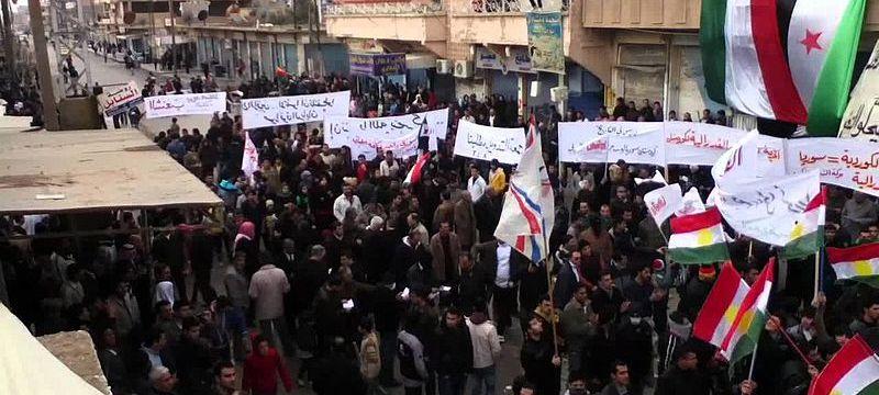 Curdi, assiri e arabi manifestano contro il regime siriano a Qamishli