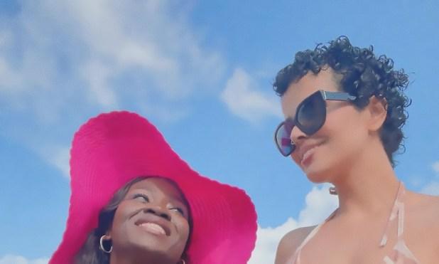 رهف القنون مع صديقتها على الشاطئ