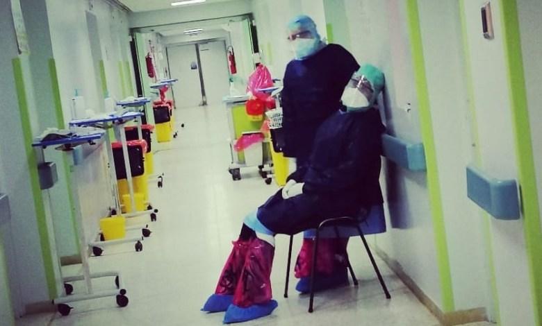 """من داخل وحدات كورونا.. """"المنصة"""" تنقل حكايات مؤثرة ليوميات الممرضين في مواجهة الفيروس"""