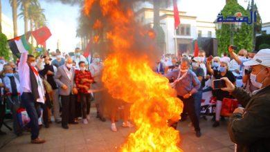 Photo of مغاربة يحرقون العلم الاسرائيلي أمام البرلمان وينددون بالتطبيع