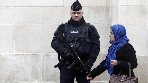 "Photo of ""الحجاب"" يتسبب في إغلاق مؤسسة تعليمية بباريس"