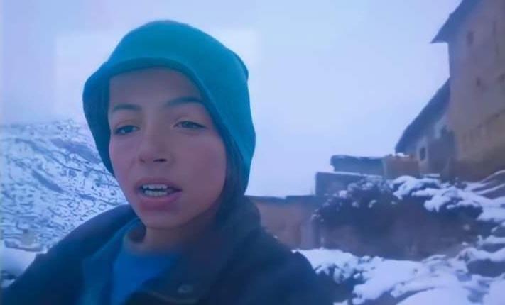 """Photo of طفل يطلب المساعدة وسط الثلوج يثير تضامن المغاربة.. وانتقادات لـ""""جمود"""" المسؤولين"""