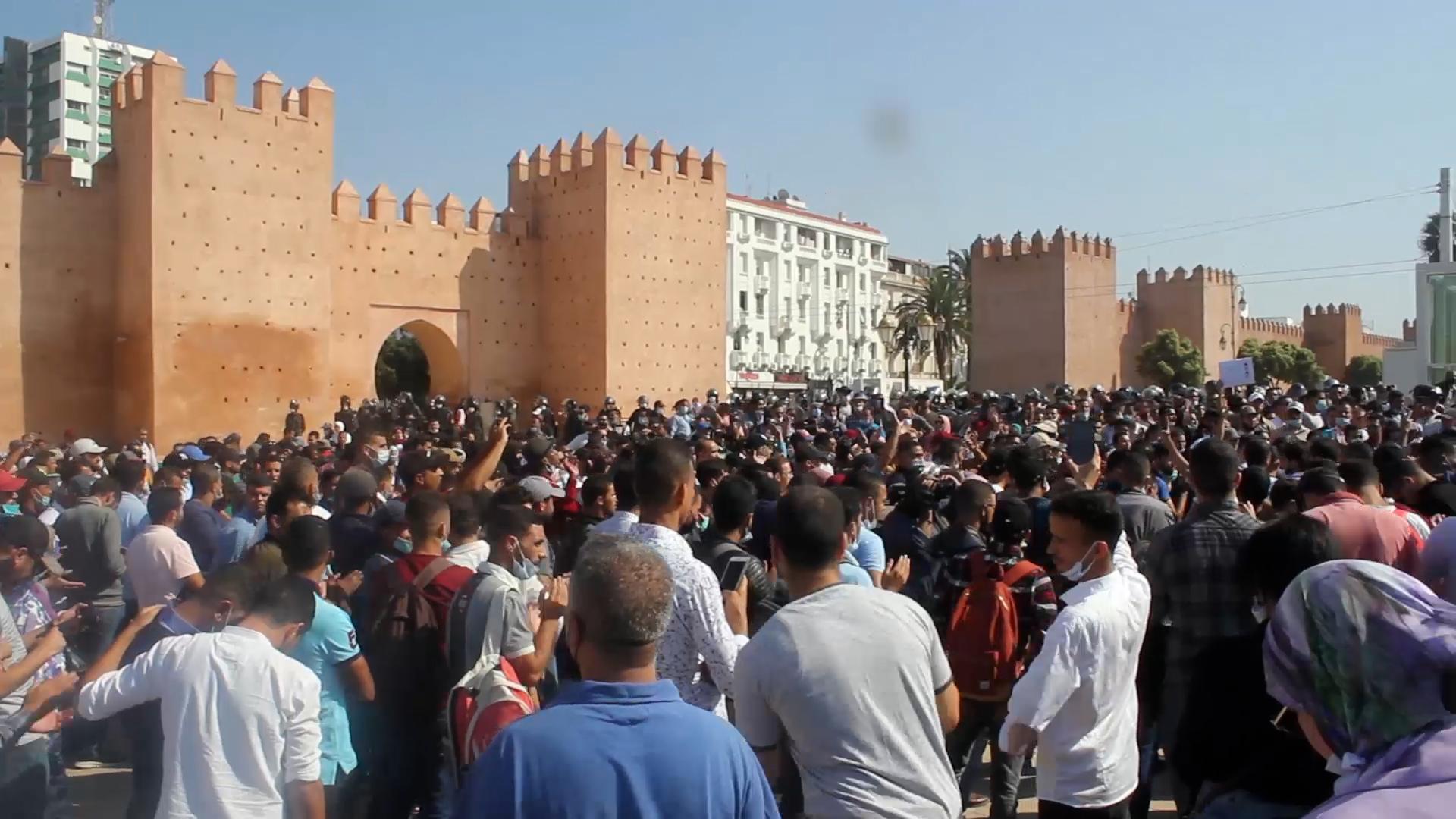 الأساتذة المتعاقدون يعودون للاحتجاج و السلطات تتدخل لمنعهم(فيديو)