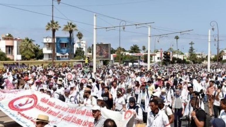 """الأساتذة المتعاقدون يُصعِّدون و""""يفضحون"""" فشل وزارة أمزازي"""