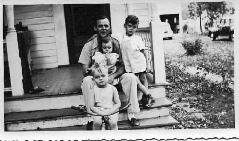 21 - Mayo Wright and his children (1944)