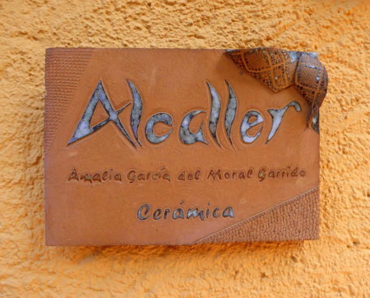 The Almuñécar Municipal Pottery Center is open to the public from 10 a.m. to 1 pm for visits, and even for those people who can purchase a pottery product from their shop or online.  It is also known as the ancient pottery workshop or Cerámica Alcaller -Amalia García del Moral.
