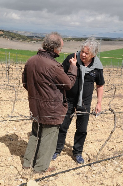 Winemaker Antonio de la Casa (left) discusses the vineyards and the terroir at Bodegas Fontedei's project close to the village of Alhama de Granada with wine journalist Ulf Dalheim.