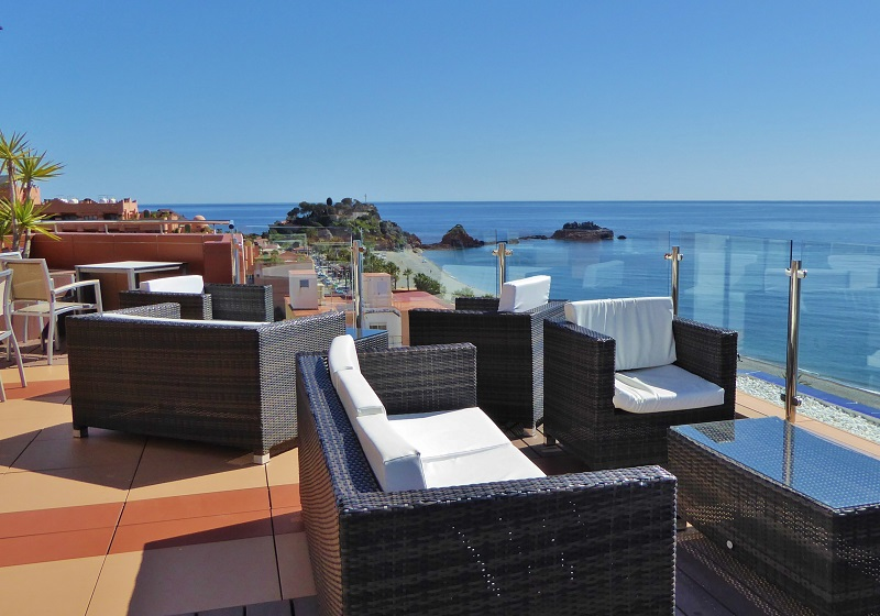Helios Hotel Summer Rooftop Blue Bar Almuñécar. Read more on https://almunecarinfo.com/terrace-restaurants-sky-bar-rooftop-almunecar/