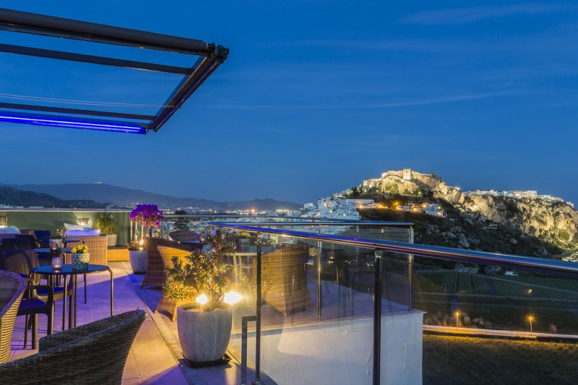 Hotle Miba Skybar Salobreña - read more on https://almunecarinfo.com/terrace-restaurants-sky-bar-rooftop-almunecar/