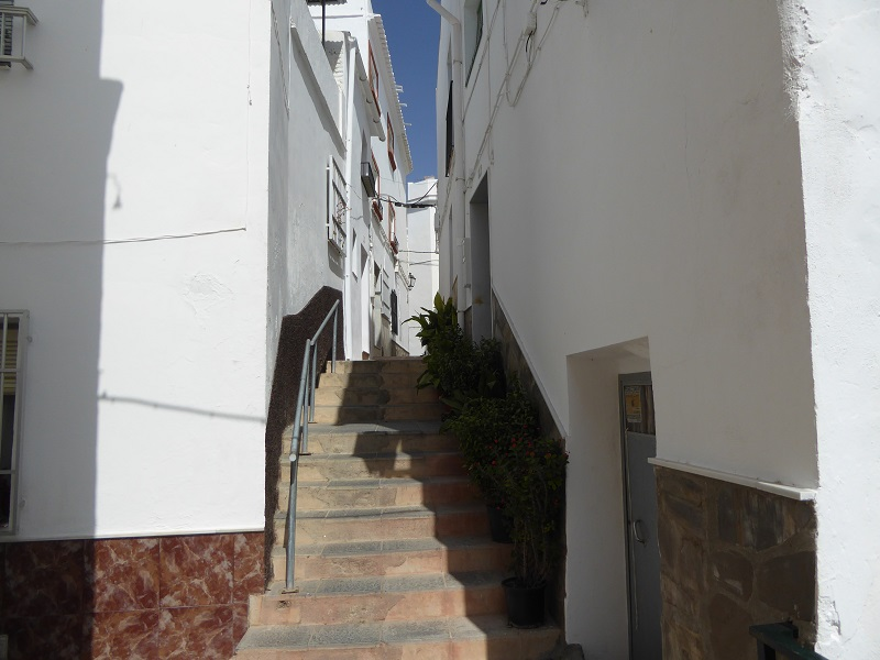 Itrabo white village narrow streets. read more on Almunecarinfo.com