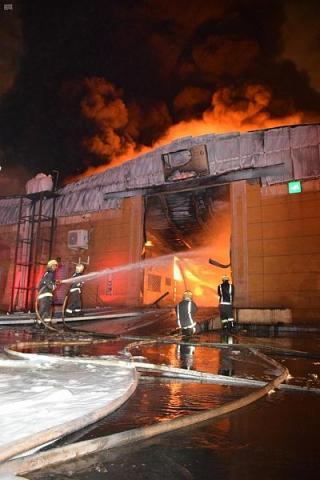بالفيديو اشتعال حريق كبير بحي المصانع في الرياض والدفاع المدني
