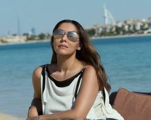 زوجة شاروخان تشعل شاطيء دبي بإطلالة جريئة