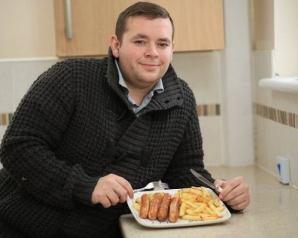 بريطاني يتناول السجق والبطاطس فقط يومياً منذ 22 عاماً