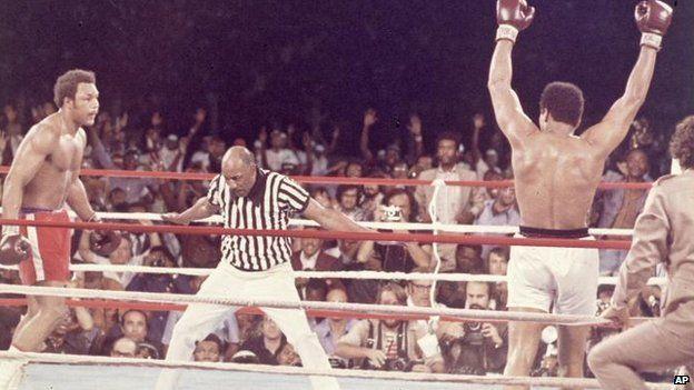 في عام 1974، هزم علي الملاكم القوي جورج فورمان ليتربع على عرش الملاكمة في الولايات المتحدة الأمريكية والعالم بأسره