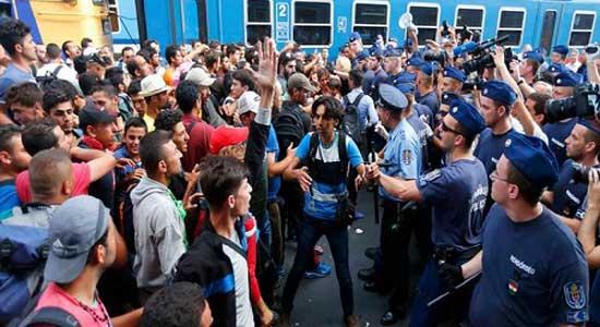 معظم المهاجرين على الحدود اليونانية يرفضون الرحيل
