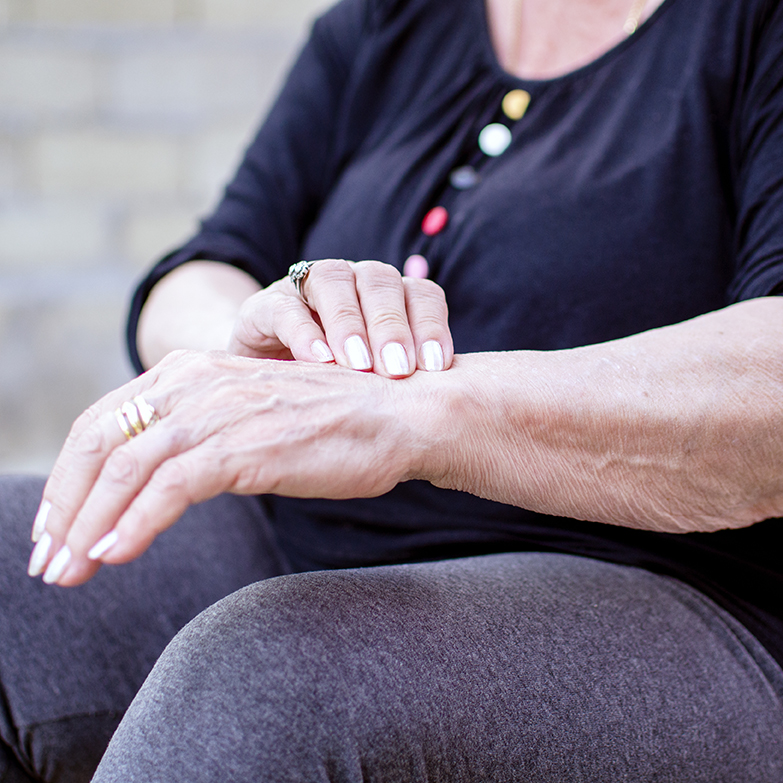 douleur aux poignets senior