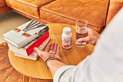 Forever Focus na stolu uz knjige i tablete u muškoj ruci