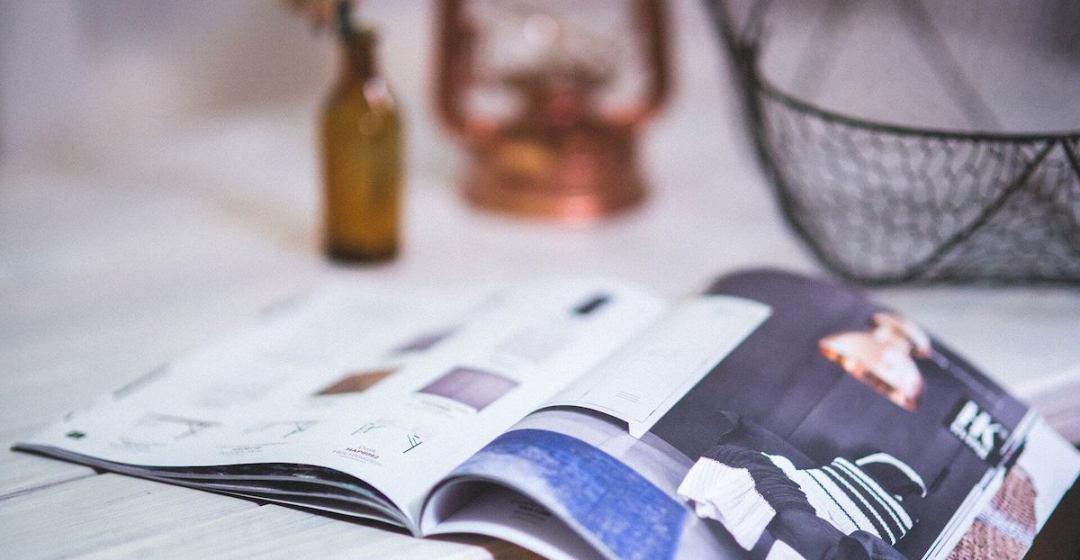 katalog na stolu