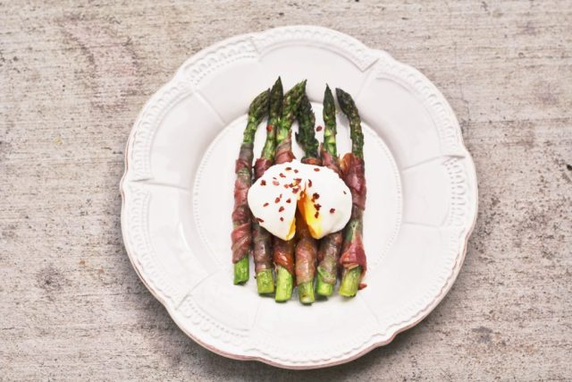 Prosciutto wrapped asparagus topped with a perfectly poached egg. Recipe via A Lo Profile (www.aloprofile.com)