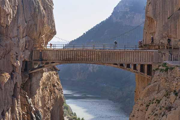 Visita el Caminito del Rey. Puente colgante que conecta el desfiladero de los Gaitanes.