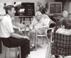 お年寄りの話に笑顔で耳を傾ける杉浦さん。 「傾聴ボランティア」は主に高齢者の悩みに耳を傾け、聴くことで人を支える活動の一つ