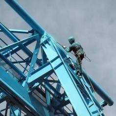 Покраска металлоконструкций альпинистами