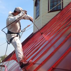Покраска крыши альпинистами
