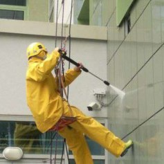 Мытьё фасада альпинистами