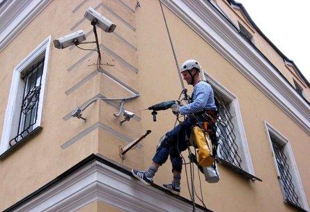 Установка и замена освещения на фасаде альпинистами