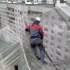 Монтаж защитной и баннерной сетки альпинистами