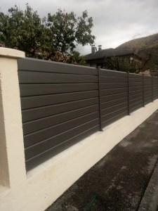 Installation d'une clôture aluminium gris sablé sur murette existante sur Vif