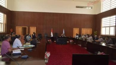 صورة اجتماع لمناقشة مستجدات حالات التقنين ووضع اليد بالبحر الأحمر
